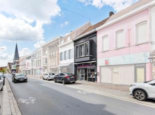 Deze woning met handelsfunctie geniet van een commerciële toplocatie midden in de winkelstraat van Zwevegem. Het pand is gelegen op wandelafstand