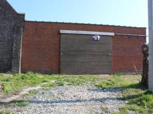 In Ieper, vlakbij de A19 bevindt zich deze loods. Deze loods heeft een totale oppervlakte van 200 m².Via de grote schuifpoort kom je terecht in d