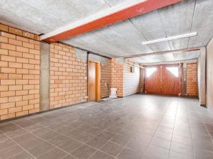 Deze garage, gelegen in een kleine residentie, is geschikt om 3 wagens in te parkeren. Via een binnenkoer komt u in een opslagruimte van maar liefst 5