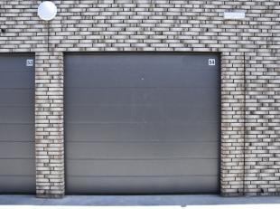 Ruime garagebox van 18,2m² te huur op een uitstekende locatie!De garage is volledig nieuw en heeft een sectionale automatische poort.Afmetingen: