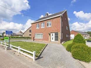 Deze statige woning is zeer centraal gelegen, enerzijds op de provinciale weg Wetteren-Zottegem en anderzijds tussen Aalst en Gent. Op enkele kilomete