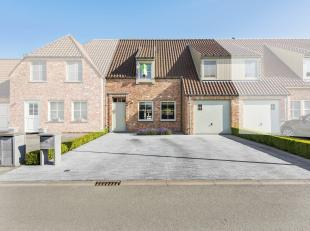 In het landelijke Vlissegem (deelgemeente De Haan) gelegen op 4km van de zeedijk en op 8km van de E40 huisvest dit warm aanbevolen eigendom. Het betre