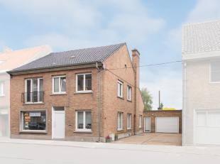 Deze bijzonder ruime gezinswoning bevindt zich in het dorp van Jabbeke op een mooi perceel van 700 vierkante meter. De inkomhal leidt u naar de lichtr