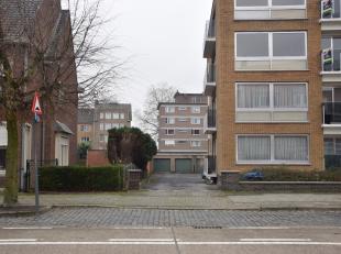 Aan de Brugse stadsrand, te Kristus-Koning in de Karel De Stoutelaan, bevindt zich deze ruime garagebox met kelderberging. Deze is gelegen achteraan h