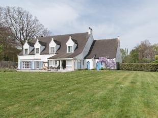 Deze klassieke villa situeert zich op een uiterst idyllische locatie in een residentiële, groene villawijk met een vlotte bereikbaarheid. De loca