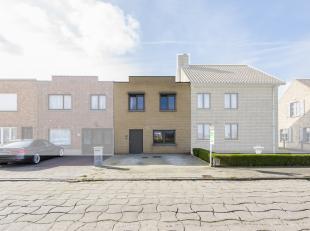 Deze ruime en gerenoveerde rijwoning bevindt zich in de landelijke omgeving van het prachtige witte dorp Lissewege. De woning is gelegen op wandelafst