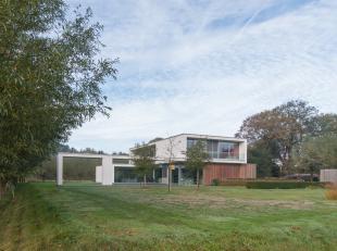 Deze voortreffelijke villa, naar ontwerp van arch. Birger Willaert, werd in 2012 opgetrokken op een perceel van maar liefst 3872 m². Scholen, han
