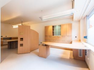 In het centrum van Rumbeke treffen we deze ruime gezinswoning met 3 slaapkamers én bovendien de mogelijkheid tot het uitbaten van een zelfstand