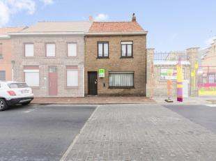 In Roesbrugge (deelgemeente van Poperinge) bevindt zich deze woning, gelegen vlakbij slagerij, lagere school én buurtwinkel. Deze woning kan mi
