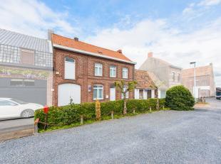 Aan de Frans-Belgische grens te Abele, deelgemeente van Poperinge resideert deze te renoveren woning. Deze woning is zeer rustig gelegen en de indelin