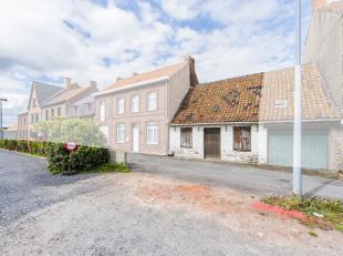 In Abele, deelgemeente van Poperinge bevindt zich deze af te breken woning. Deze vervallen woning heeft een breedte van 7m en een bouwdiepte van 23m.