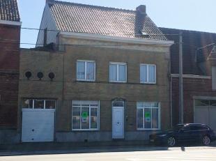 Deze ruime woning is gelegen in het dorp Oost-Vleteren dichtbij voldoende buurtwinkels, banken, openbaar vervoer en de verbindingsweg N8 Veurne-Ieper.