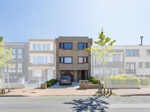 Dit uiterst ruim 2 slaapkamerappartement (100m²) situeert zich in één van de aangenaamste straten van Blankenberge en is gelegen op