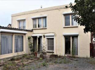 Deze op te knappen woning bevindt zich op een perceel van ca. 235 vierkante meter in een doodlopende straat in Maria-Aalter. Op het gelijkvloers is de