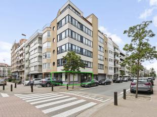 Dit handelspand geniet van een goede visibiliteit door de ligging in centrum Knokke-Heist op de hoek van de Leopoldlaan en de Taborastraat. Alsook doo