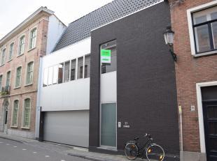 In de bekoorlijke Brugse binnenstad huisvest deze moderne bel-etage. De woning is centraal, doch rustig gelegen vlakbij winkels, openbaar vervoer en s
