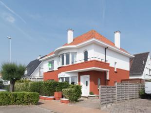 Op wandelafstand van de zee, het strand en het centrum van Middelkerke, is deze ruime villa met zes slaapkamers gelegen. Deze bestond vroeger uit twee