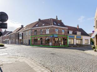 Dit handelspand bevindt op de hoek van de Poperingseweg en de Verrieststraat, in het centrum van Vlamertinge en op slechts enkele kilometers van Poper