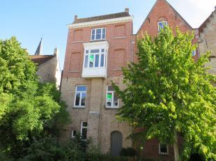 In de bekoorlijke Brugse binnenstad, gelegen vlakbij de Brugse Reien, huisvest deze charmevolle woning met luxueuze toets en authentieke elementen. De
