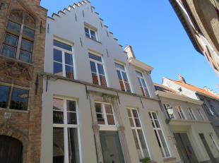 In de bekoorlijke Brugse binnenstad, gelegen vlakbij de Brugse Reien, huisvest deze gezellige woning met luxueuze toets en authentieke elementen. Deze