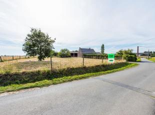 In het landelijke dorp Merkem, op het centrale punt tussen Roeselare-Ieper-Diksmuide, huisvest dit te renoveren landhuis met schuur, open loods en sta