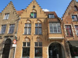 Dit modern, gemeubeld appartement is gelegen op toplocatie in het historisch centrum van Brugge aan De Dijver. Het betreft een recent en duurzaam afge