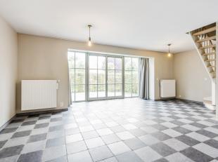 Duplexappartement gelegen op de eerste verdieping van residentie Villa Lanceloot. Het appartement ligt op wandelafstand van het centrum van Roeselare