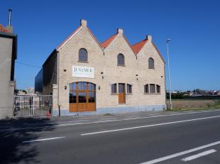 """Handelspand gelegen langs een vlotte invalsweg te Middelkerke. Het gebouw wordt gedeeltelijk gebruikt om het alom bekende bier """"Jus de Mer"""" te brouwen"""