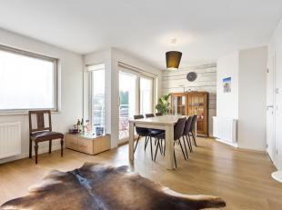 Het appartement omvat een inkomhal met vestiaire, een lichtrijke woonkamer in eiken parket met een open volledig geïnstalleerde keuken (gaskookpl