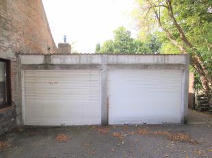 Garagebox te huur in het centrum van Varsenare (op foto: links).