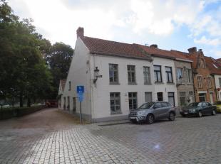Op één van de mooiste plaatsen in Brugge, langs de mooie en welgekende reitjes resideert deze sublieme halfopen bebouwing. Op wandelafst