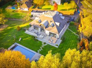 In een rustige straat op een gunstige ligging ligt deze ruime villa op een perceel van 1819 m². De woning is gelegen op enkele minuten van de rin