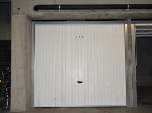 Garagebox van zo'n 13.5 m² te koop op een uitstekende locatie!De garage is gelegen op verdieping -1.Afmetingen: 5 meter diep , 2.75 m breedAarzel