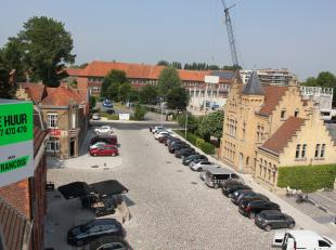 Op uiterst centrale ligging in Ieper nabij de Grote Markt, verschillende buurtwinkels, scholen, ... resideert dit gezellig appartement. Deze stek is a