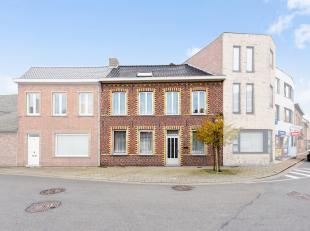 Op een centrale ligging in Poperinge, niet ver van winkels en scholen, bevindt zich deze op te frissen rijwoning. De woning beschikt over 105 m²