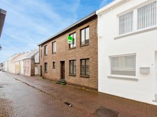 In de Ledebergstraat (centrum Zottegem) situeert deze op te knappen halfopen bebouwing. Het is een statige woning met grote ruimtes, zo is er op het g