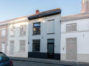 In centrum Brugge huisvest deze volledig gerenoveerde woning met drie ruime slaapkamers en ruim terras (26 m²) met tuinberging. Station, winkels,