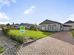 Deze instapklare bungalow ligt vlak aan het centrum van Sint-Lievens-Houtem. De woning is ingedeeld met een inkomhal, woonkamer met eetplaats en een g