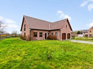 Op een boogscheut van centrum Zottegem situeert deze vrijstaande villa met dubbele garage. Verder beschikt de woning op het gelijkvloers over een inko