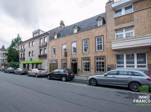 Deze riante woning kent een uiterst centrale ligging in Roeselare. Op het gelijkvloers wordt er momenteel een handelsactiviteit beoefend. Diverse doel