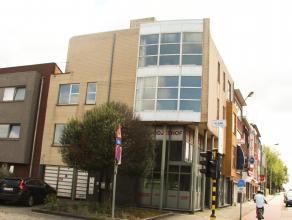 Zeer centraal gelegen multifunctioneel pand, langsheen A12. Het pand beschikt op de gelijkvloerse verdieping over twee duplex-handelsruimten.  Twee af