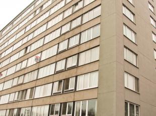 Ruim appartement van 94 m² gelegen nabij het Rivierenhof. Het appartement beschikt over een ruime inkomhal met ingemaakte kasten en een afzonderl