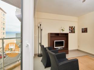 Tweeslaapkamer appartement gelegen in een zijstraat van de ZEEDIJK, INDELING: zonnge woonkameruitgevend op een terras met zijdelings zeezicht. Badkame