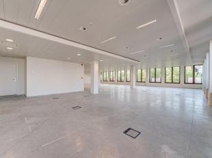 Dit kantoor op de derde verdieping heeft een oppervlakte van 355m² en is volledig kwalitatief afgewerkt met verhoogde vloeren t.b.v. bekabeling,