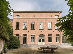 Prachtige instapklare herenwoning uit de laat 19de eeuw, recent hoogstaand en kwalitatief gerenoveerd met mooie verharde binnenkoer, koetshuis en zuid