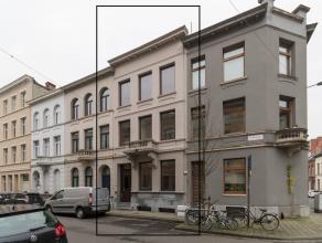 Achter deze mooie voorgevel treffen we een instapklare woning (+/-220m² bewoonbaar), met veel lichtinval, gelegen binnen de Singel, op wandelafst