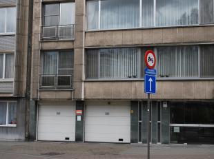 Overdekte autostaanplaats met sectionaalpoort in een verzorgd garagecomplex gelegen in de Van Eycklei, recht tegenover het Stadspark<br /> De autostaa