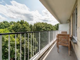 Gunstig gelegen appartement van ca. 102 m² dat zich situeert op de 8ste verdieping met zonneterras en een privékelder te Berchem.<br /> <b