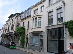 Ideale combinatie werken en wonen te Zurenborg!<br /> <br /> U betreedt de woning via de ruime inkomhal met een aparte toegang naar de praktijk- of ho