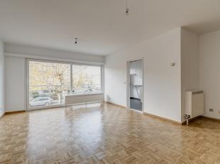 Dit rustig gelegen en instapklaar appartement (bew. opp. 85m², zie EPC) met zeer veel lichtinval vinden we terug op de eerste verdieping van een